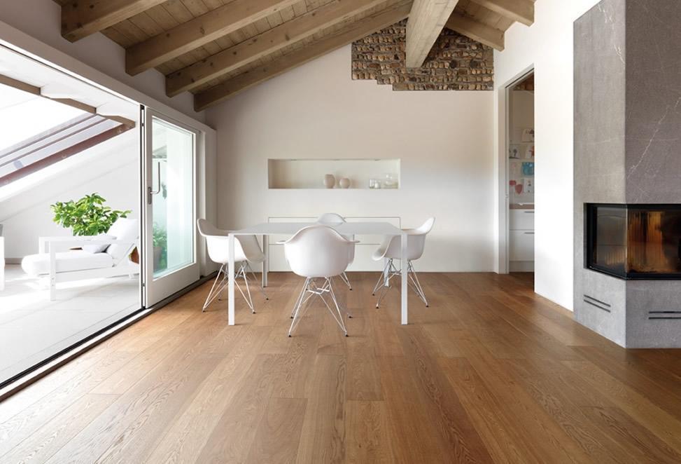 salotto con camino, interni in legno e parquet