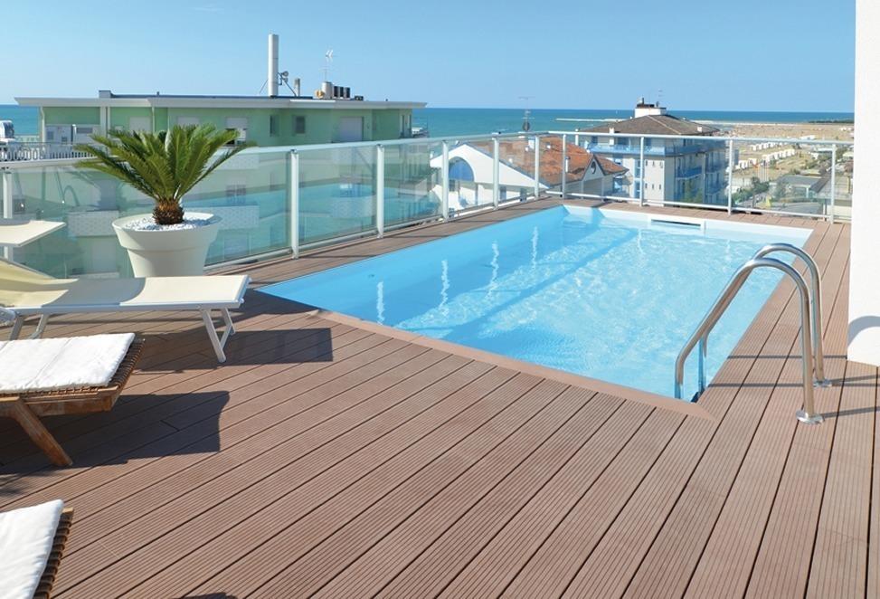pavimento tecnico composito per esterno con piscina
