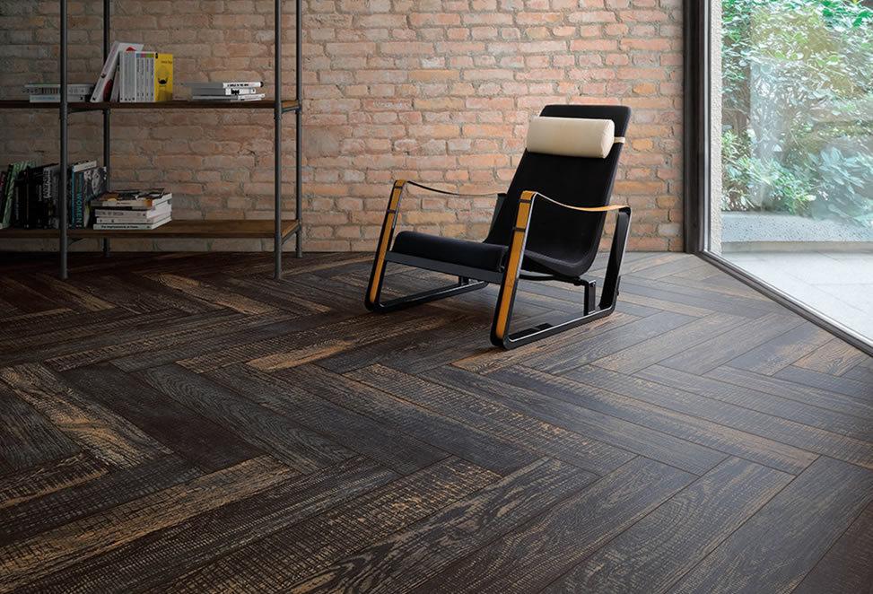 pavimento gres porcellanato effetto legno, angolo con sedia